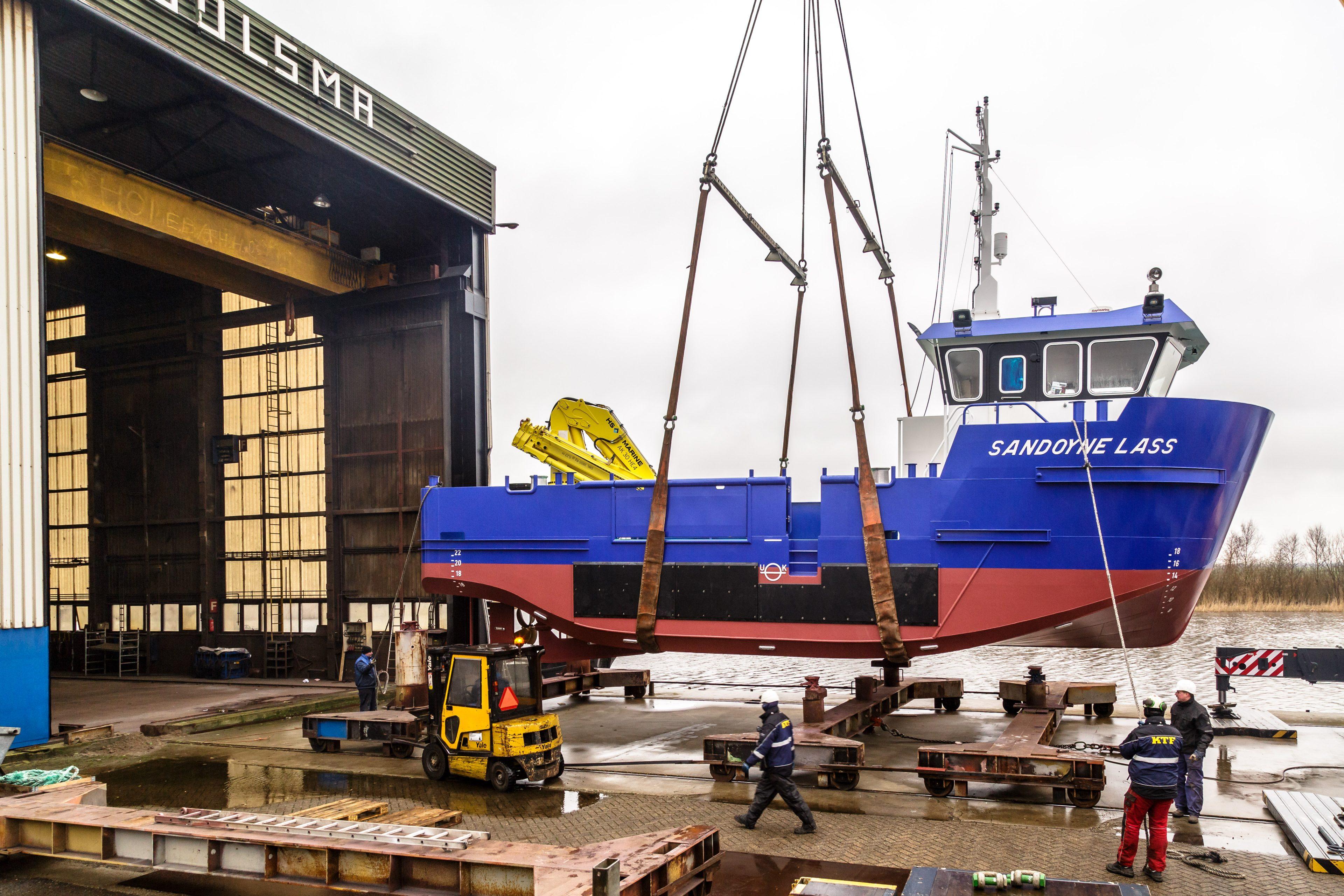 Het schip de Sandoyne Lass aan een kraan