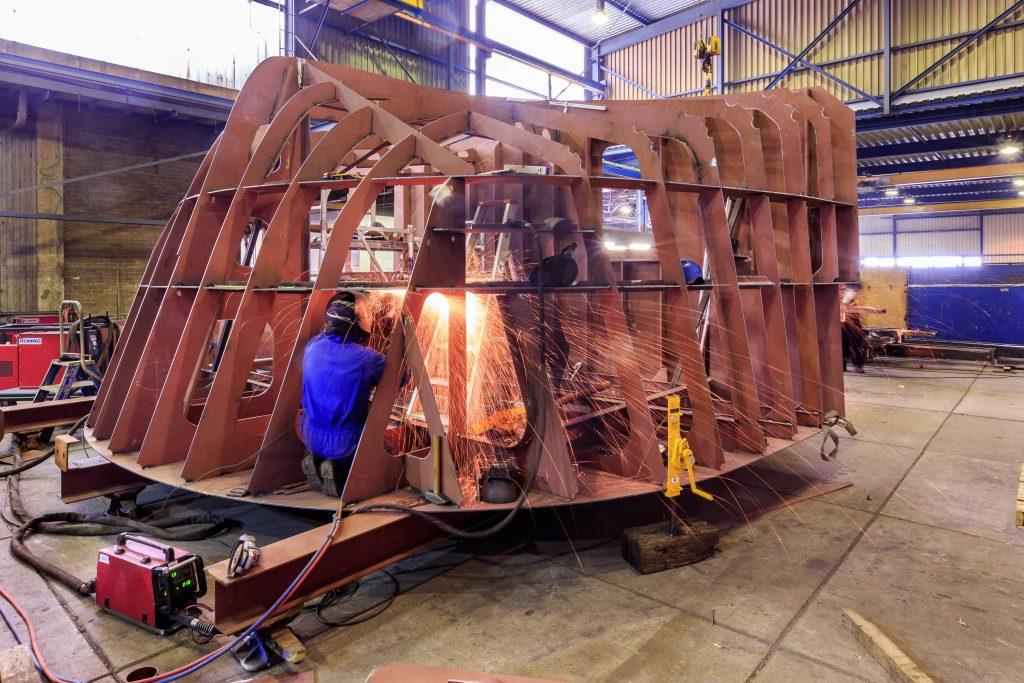 Laswerkzaamheden in de hal van scheepswerf Bijlsma