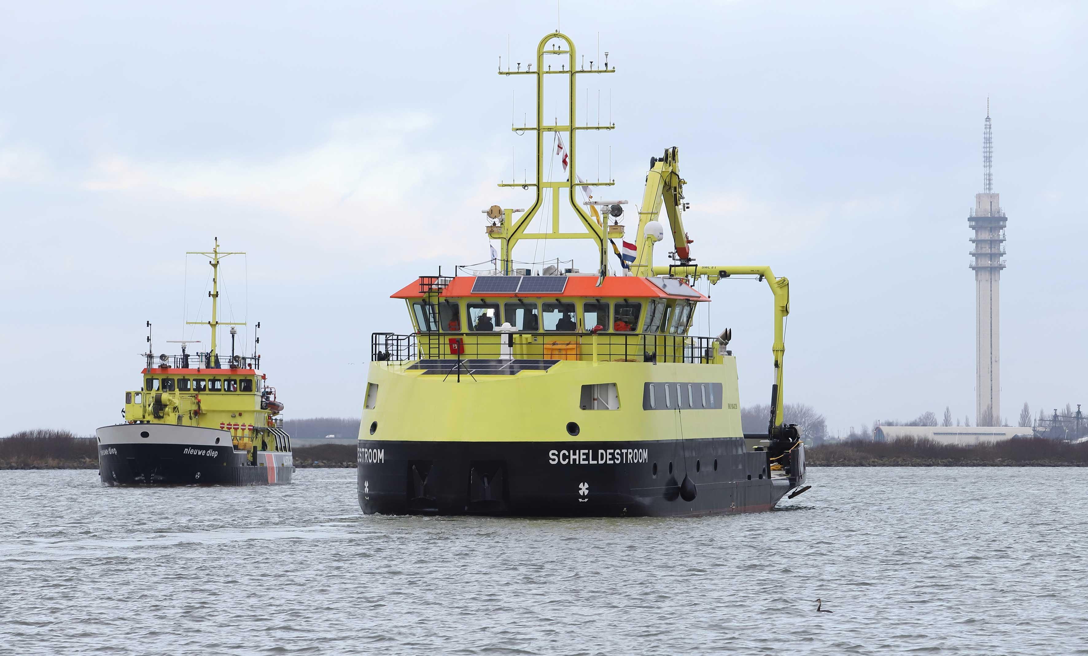 Twee schepen van Rijkswaterstaat